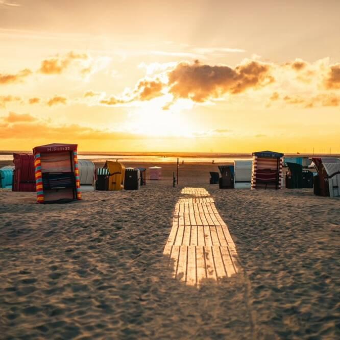 Strandkörbe stehen beim Sonnenuntergang auf dem Strand von Borkum (c)Moritz Kaufmann